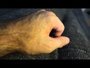 Дергается палец