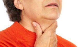 Давит в области горла