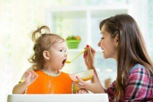 Дочка отказывается есть с ложки. Ест только из бутылочки