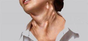 Душит шею, горло