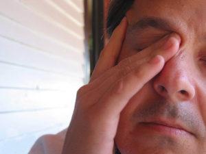 Чешется, болит, жжет правый глаз