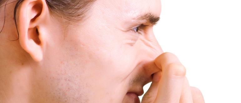 Ковыряет пальцем щеки