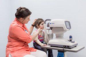 Может ли ошибочно авторефрактометр измерить рефракцию глаза у ребенка